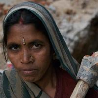 पत्थर तोड़ती औरत